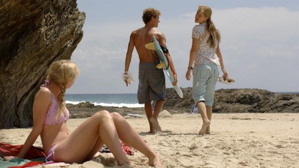 Emma (Claire Holte, re.) und Byron (Christopher Poree, Mitte) wollen bei der Strandsäuberung helfen. Rikki (Cariba Heine, li.) soll derweil auf Emmas kleinen Bruder aufpassen. | Rechte: ZDF/Jasin Boland