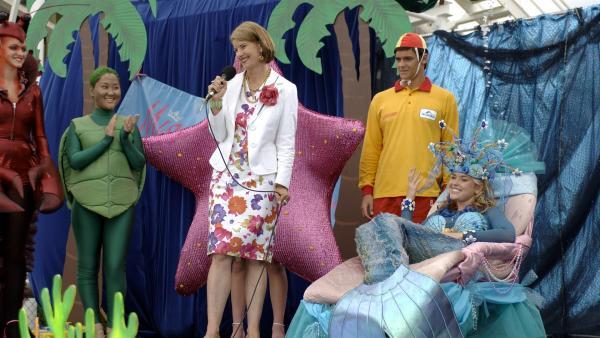 Im Freizeitpark wird die Wahl zur Miss Meereskönigin veranstaltet. Miriam erscheint als Meerjungfrau. | Rechte: ZDF/Jasin Boland