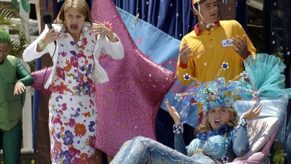 Während der Miss Meereskönigin Wahl schießt plötzlich  Wasser auf die Bühne und alle Akteure werden nass. | Rechte: ZDF/Jasin Boland