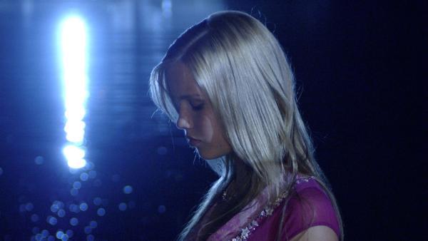 Emma (Claire Holt) sieht in einer Vollmondnacht versehentlich in den Mond – mit fatalen Folgen. | Rechte: ZDF/Jasin Boland