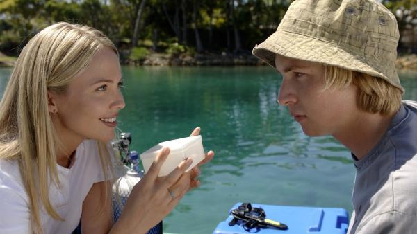 Dr. Denman (Lara Cox, li.) hat den Zehnagel von Cleo entdeckt, den Lewis (Angus McLaren, re.) im Labor heimlich untersuchen wollte. Nachdem sie herausgefunden hat, dass sich die Zellen bei der Zugabe von Wasser verändern, stellt sie Lewis zur Rede. | Rechte: ZDF/Jasin Boland