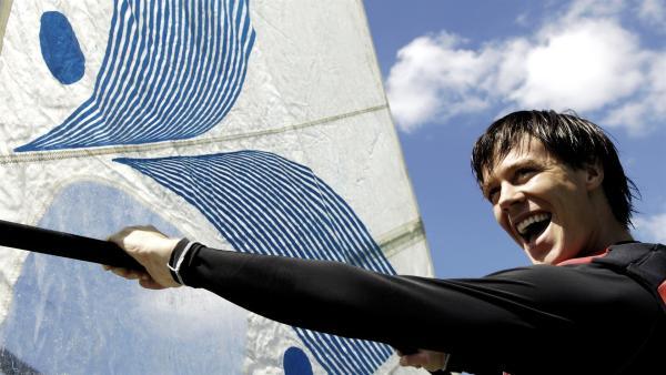 """Zane (Burgess Abernethy) will den alten Rekord seines Vaters brechen. Er will um Mako Island surfen und Lewis soll das Ganze filmen. Mit diesem Film wollen die beiden den Filmpreis beim """"Junioren Filmfestival"""" gewinnen.   Rechte: ZDF/Jasin Boland"""