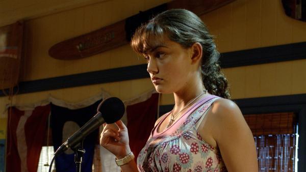 Cleo (Phoebe Tonkin) kann nicht singen und blamiert sich daher beim Karaoke vor allen Gästen im Juicenet-Café. | Rechte: ZDF/Jasin Boland