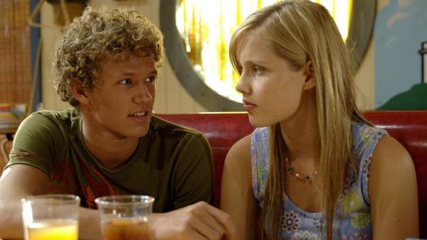 Byron (Christopher Poree, li.) bittet Emma (Claire Holt) seine Schwimm-Trainerin zu werden. Da sie früher selbst Schwimmwettbewerbe gewonnen hat, soll sie ihn fachmännisch vorbereiten. Emma zögert, schließlich könnte sie in der Nähe des Wassers nass werden. | Rechte: ZDF/Jasin Boland