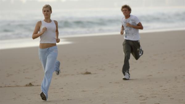 Emma (Claire Holt, vorne) hat für Byron (Christopher Poree, hinten) ein hartes Trainingsprogramm erstellt. | Rechte: ZDF/Jasin Boland