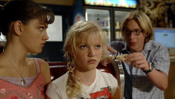 Lewis (Angus McLaren, re.) nervt Rikki (Cariba Heine, Mitte) und Cleo (Phoebe Tonkin, li.) allmählich damit, dass er immer neue Proben von den Mädchen fordert, um sie zu untersuchen. | Rechte: ZDF/Jasin Boland