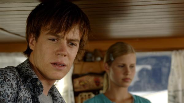 Zane (Burgess Abernethy, li.) ist mit Emma (Claire Holt, re.) auf dem Boot von Miss Chatham. Er hofft hier einen Schadenersatz für seinen von Miss Chatham beschädigten Jet Ski zu finden. Aber auf dem Boot scheint nichts wertvolles zu sein. | Rechte: ZDF/Jasin Boland