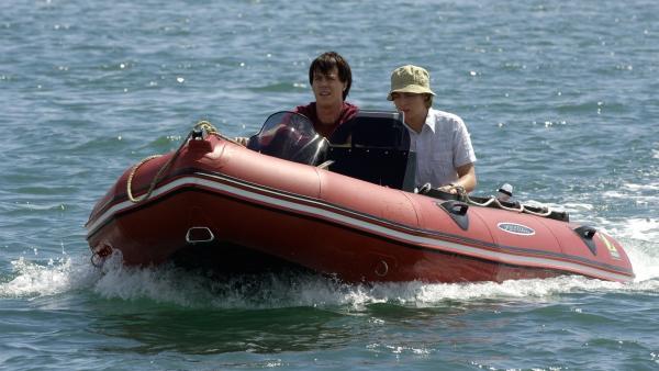 Zane (Burgess Abernethy, li.) scheint immer noch sicher, dass ihn bei seinem Bootsunglück ein Seeungeheuer gerettet hat und begibt sich mit Lewis (Angus McLaren, re.) auf die Suche danach. | Rechte: ZDF/Jasin Boland