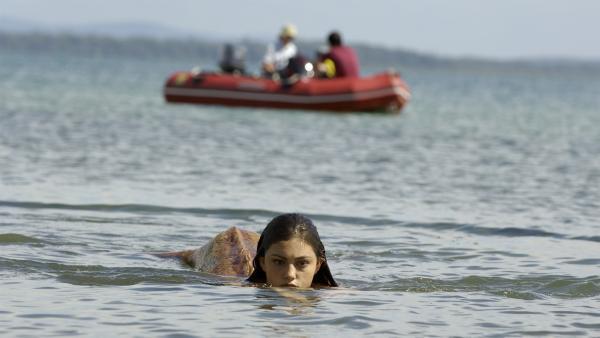 Fast hätte Zane auf seiner Suche nach dem angeblichen Seeungeheuer Cleo (Phoebe Tonkin) als Meerjungfrau entdeckt. | Rechte: ZDF/Jasin Boland