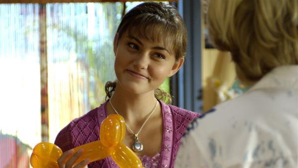 Lewis (Angus McLaren, von hinten)hat eine Überraschungsparty für Cleo (Phoebe Tonkin) im Juice-Net organisiert. Sie freut sich riesig. | Rechte: ZDF/Jasin Boland