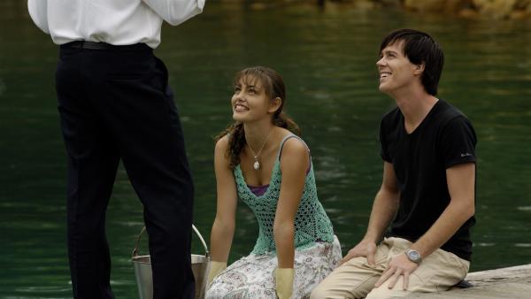 Cleo (Phoebe Tonkin, Mitte) und Zane (Burgess Abernethy, re.) helfen im Freizeitpark einem kranken Delphin.   Rechte: ZDF/Jasin Boland