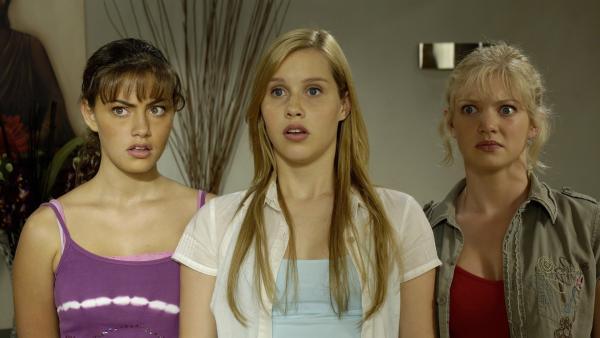 Cleo (Phoebe Tonkin, li.), Emma (Claire Holt, Mitte) und Rikki (Cariba Heine, re.) sollen im Krankenhaus einigen Tests unterzogen werden. Wird jetzt ihr Geheimnis gelüftet? | Rechte: ZDF/Jasin Boland