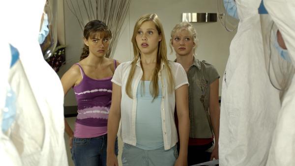 Cleo (Phoebe Tonkin, li.), Emma (Claire Holt, Mitte) und Rikki (Cariba Heine, re.) versuchen zu fliehen, aber die Seuchenbekämpfung steht bereits vor der Tür. | Rechte: ZDF/Jasin Boland