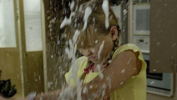 Cleo will ihre kleine Schwester Kim (Cleo Massey) bestrafen – mit Erfolg. | Rechte: ZDF/Jasin Boland