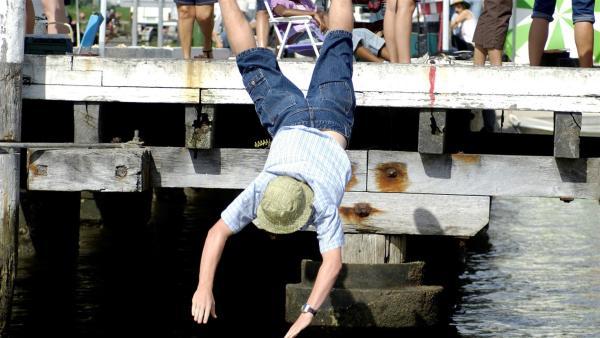 Lewis (Angus McLaren) blamiert sich beim Wettangeln. | Rechte: ZDF/Jasin Boland