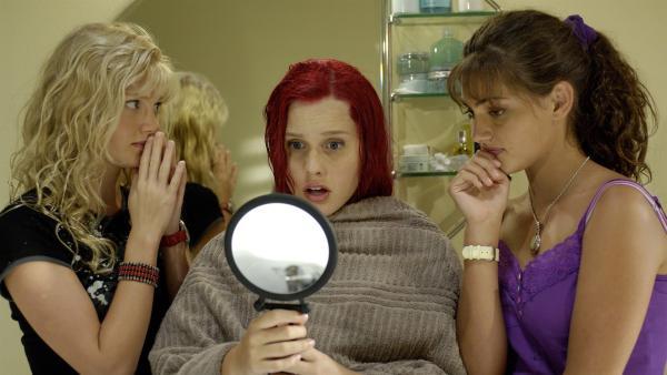 Emma (Claire Holt, Mitte) ist geschockt über die roten Haare die Cleo (Phoebe Tonkin, re.) ihr verpasst hat.   Rechte: ZDF/Jasin Boland