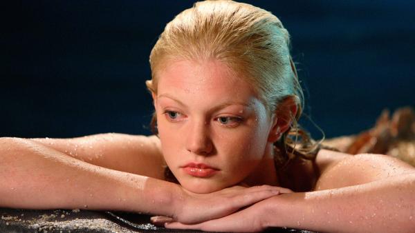 Rikki (Cariba Heine) ist traurig, denn ihre Freundinnen verlangen von ihr eine harte Entscheidung: Zane oder sie. | Rechte: ZDF/Jasin Boland