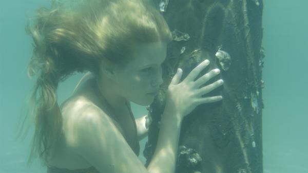 Emma (Claire Holt) versteckt sich vor Zane. Fast wäre sie aufgeflogen.   Rechte: ZDF/Jasin Boland
