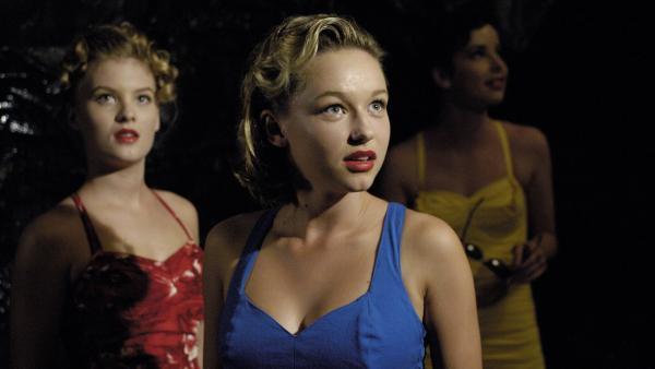 Miss Chatham (Teri Haddy, vorne) und ihre Freundinnen als Teenager. Sie waren – genau wie Emma, Cleo und Rikki – Meerjungfrauen.   Rechte: ZDF/Jasin Boland
