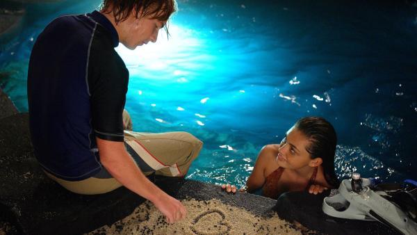 Cleo (Phoebe Tonkin, re.) und Lewis (Angus McLaren, li.) turteln verliebt am Mondsee. | Rechte: ZDF/Jasin Boland