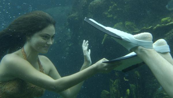 Cleo (Phoebe Tonkin) und Lewis (Angus McLaren) tauchen gemeinsam nach Mako Island. | Rechte: ZDF/Jasin Boland