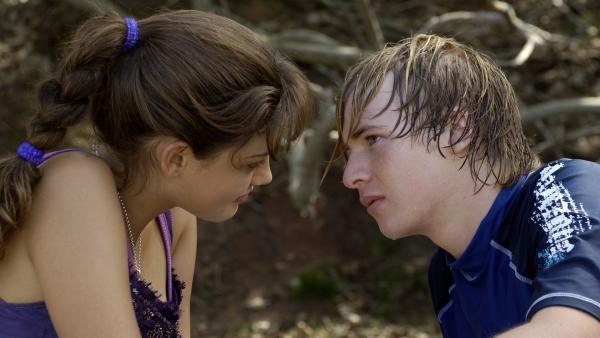 Cleo (Phoebe Tonkin, li.) und Lewis (Angus McLaren, re.) sind endlich ein Paar und total glücklich. | Rechte: ZDF/Jasin Boland