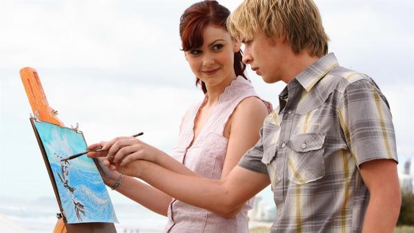 Charlotte (Brittany Byrnes, li.) versucht sich an Lewis (Angus McLaren, re.) ranzumachen. | Rechte: ZDF/Jasin Boland u.a.