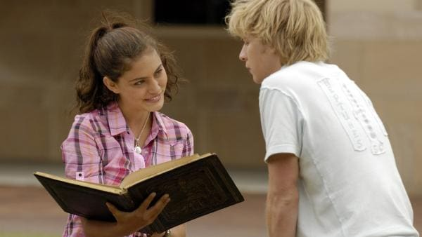 Lewis (Angus McLaren, re.) hat im Internet ein Buch über Meerjungfrauen aufgetrieben. Cleo (Phoebe Tonkin) ist begeistert. | Rechte: ZDF/Jasin Boland u.a.
