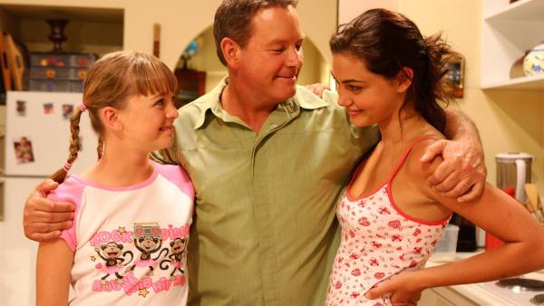 Mr. Sertori (Alain David Lee, Mitte) ist stolz auf seine beiden Töchter Cleo ( Phoebe Tonkin, re.) und Kim (Cleo Massey, li.). | Rechte: ZDF/Jasin Boland u.a.