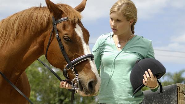 Emma (Claire Holt) gibt sich als erfahrene Reiterin aus. Aber als es losgehen soll, ist ihr das Ganze doch nicht so geheuer.   Rechte: ZDF/Jasin Boland u.a.