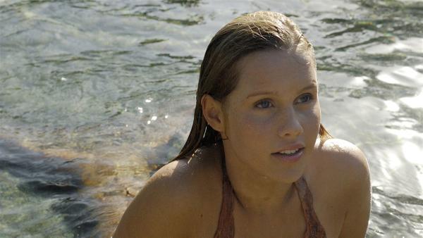 Seit Emma (Claire Holt) die Koralle für Cleos Aquarium im Meer abgebrochen hat, benimmt sie sich sehr sonderbar.   Rechte: ZDF/Jasin Boland u.a.