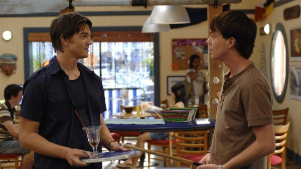 Ash (Craig Horner, li.) und Zane (Burgess Abernethy, re.) haben Streit, weil sich Zane im Juice Net Cafe unmöglich verhält.   Rechte: ZDF/Jasin Boland