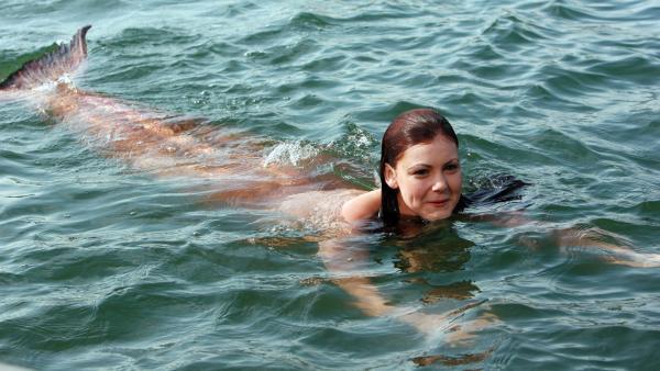 Charlotte (Brittany Byrnes) wartet gespannt, was Lewis dazu sagen wird, dass sie nun auch eine Meerjungfrau ist.   Rechte: ZDF/Jason Weeding