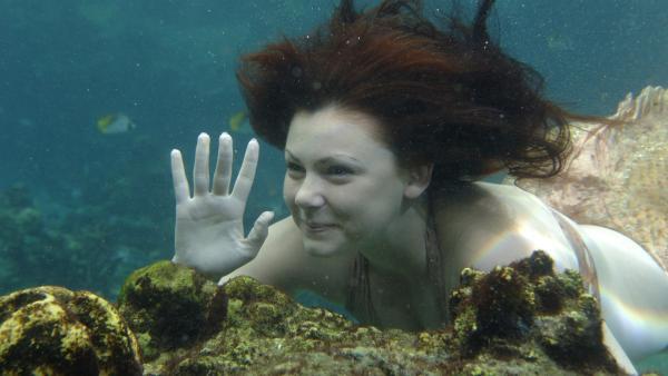 Charlotte (Brittany Byrnes) winkt der ahnungslosen Cleo unter Wasser zu. Seit dem letzten Vollmond  ist sie ebenfalls eine Meerjungfrau.   Rechte: ZDF/Jasin Boland