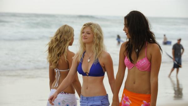 Cleo (Phoebe Tonkin, re.) und Rikki (li. vo., Cariba Heine) laufen das erste Mal Bella über den Weg. Noch kennen sie sich nicht. | Rechte: ZDF/Jasin Boland