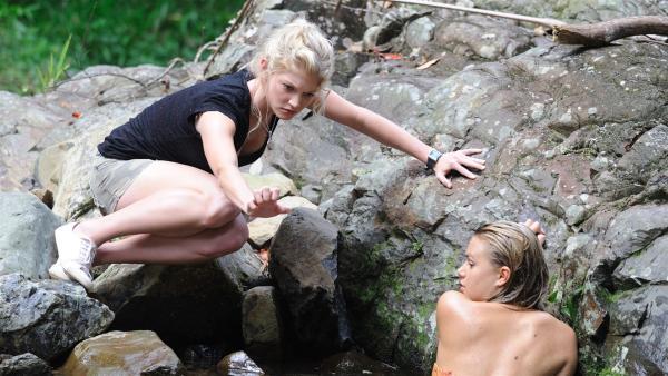 Rikki (Cariba Heine, li.) hilft Bella (Indiana Evans, re.) aus der Patsche. | Rechte: ZDF/Jasin Boland