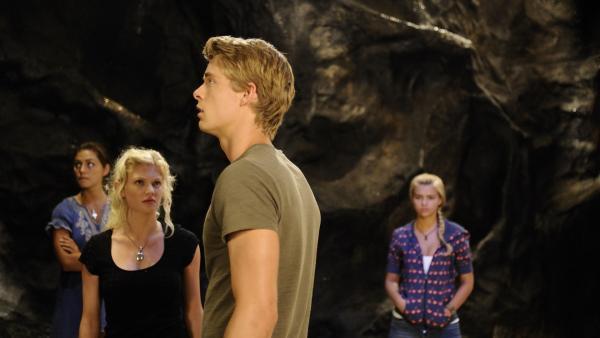 Die Grotte verwirrt Will (Luke Mitchell, vorn). Er ist neugierig. Zu neugierig findet Rikki (Cariba Heine, li.). | Rechte: ZDF/Jasin Boland