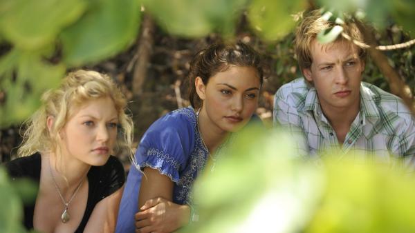 Auf der Lauer (v.l.n.r.): Rikki (Cariba Heine), Cleo (Phoebe Tonkin) und Lewis (Angus McLaren) auf Mako Island. | Rechte: ZDF/Jasin Boland