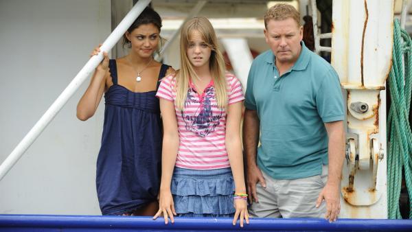 Eine Familienkrise sorgt für die ein oder andere Sorgenfalte bei Cleo (Phoebe Tonkin), Kim (Cleo Massey) und Don (Alan David Lee). | Rechte: ZDF/Jasin Boland