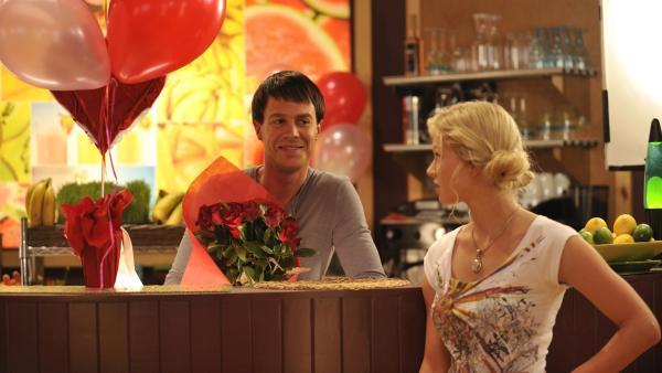 Zane (Burgess Abernethy, li.) sorgt für romantische Stimmung im Café. Rikki (Cariba Heine, re.) findet das kitschig. | Rechte: ZDF/Jasin Boland