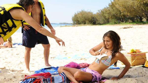 Cleo (Phoebe Tonkin, re.) weigert sich mit ihrer Familie ins Meer zu gehen. Die neue Freundin des Vaters fühlt sich zurückgestoßen. | Rechte: ZDF/Jasin Boland