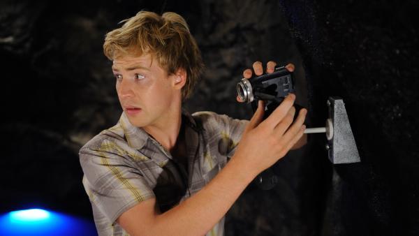 Lewis (Angus McLaren) ist den Geheimnissen Mako Islands auf der Spur. | Rechte: ZDF/Jasin Boland