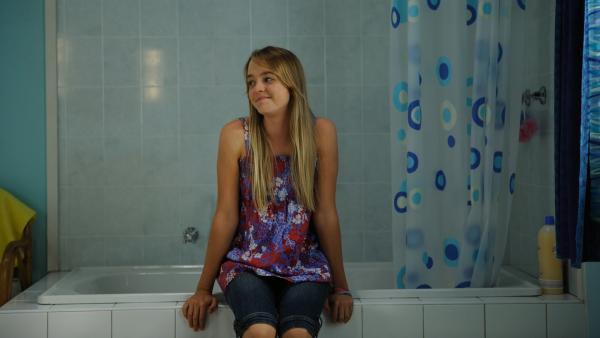 Cleo und Kim sollen ihr Badezimmer mit der neuen Stiefmutter teilen. Das sieht Kim (Cleo Massey) nicht ein und blockiert das Bad.   Rechte: ZDF/Jasin Boland