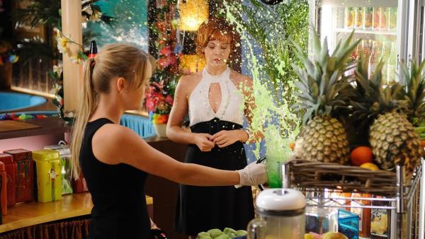 """Bella hat aus unerfindlichen Gründen heftige Niesanfälle. Hier bringt sie einen Fruchtcocktail zum """"Explodieren"""". Kim (Cloe Massey, li.) und Sophie (Taryn Marler) bekommen alles ab.   Rechte: ZDF/Jasin Boland"""