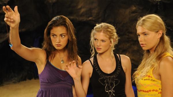 Auf Mako Island wollen Cleo (Phoebe Tonkin, li.), Rikki (Cariba Heine, Mitte) und Bella (Indiana Evans, re.) die Kräfte des Kristalls erforschen.   Rechte: ZDF/Jasin Boland