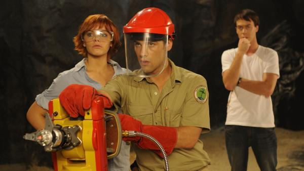 Sophie (Taryn Marler) und Ryan (Andrew Lees) wollen mit aller Gewalt an die wertvollen Kristalle im Gestein der Höhle. Zane (Burgess Abernethy) hat kein gutes Gefühl dabei. | Rechte: ZDF/Jasin Boland