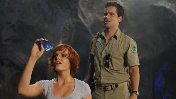 Sophie (Taryn Marler) und Ryan (Andrew Lees) haben einen Felsen in der Höhle des Mondsees gesprengt, um an die wertvollen Kristalle zu gelangen. | Rechte: ZDF/Jasin Boland