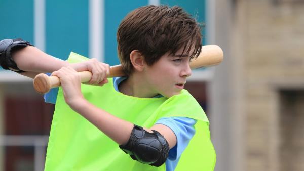 Hank (Nick James) will unbedingt beim großen Schulwettbewerb im Softballteam spielen. | Rechte: hr/Kindle Entertainment/DHX Media/Walker/Cable Productions