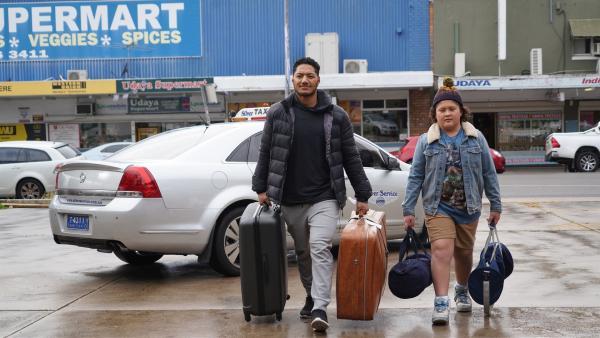 Mickey (Semsi Cheekam, re.) und sein Daddy (Daya Sao-Mafitti, li.) ziehen von Neuseeland ins australische Sydney um. | Rechte: hr/Northern Pictures 2018