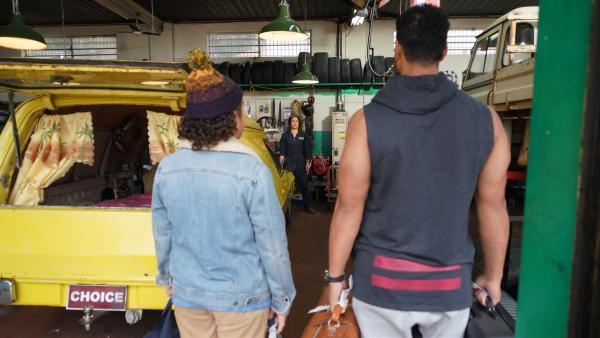Mickey (Semsi Cheekam, li.) und sein Daddy (Daya Sao-Mafitti, re.) staunen nicht schlecht, als sie erfahren, dass sie in Aunties (Maria Walker, hi.) Autowerkstatt wohnen werden.   Rechte: hr/Northern Pictures 2018